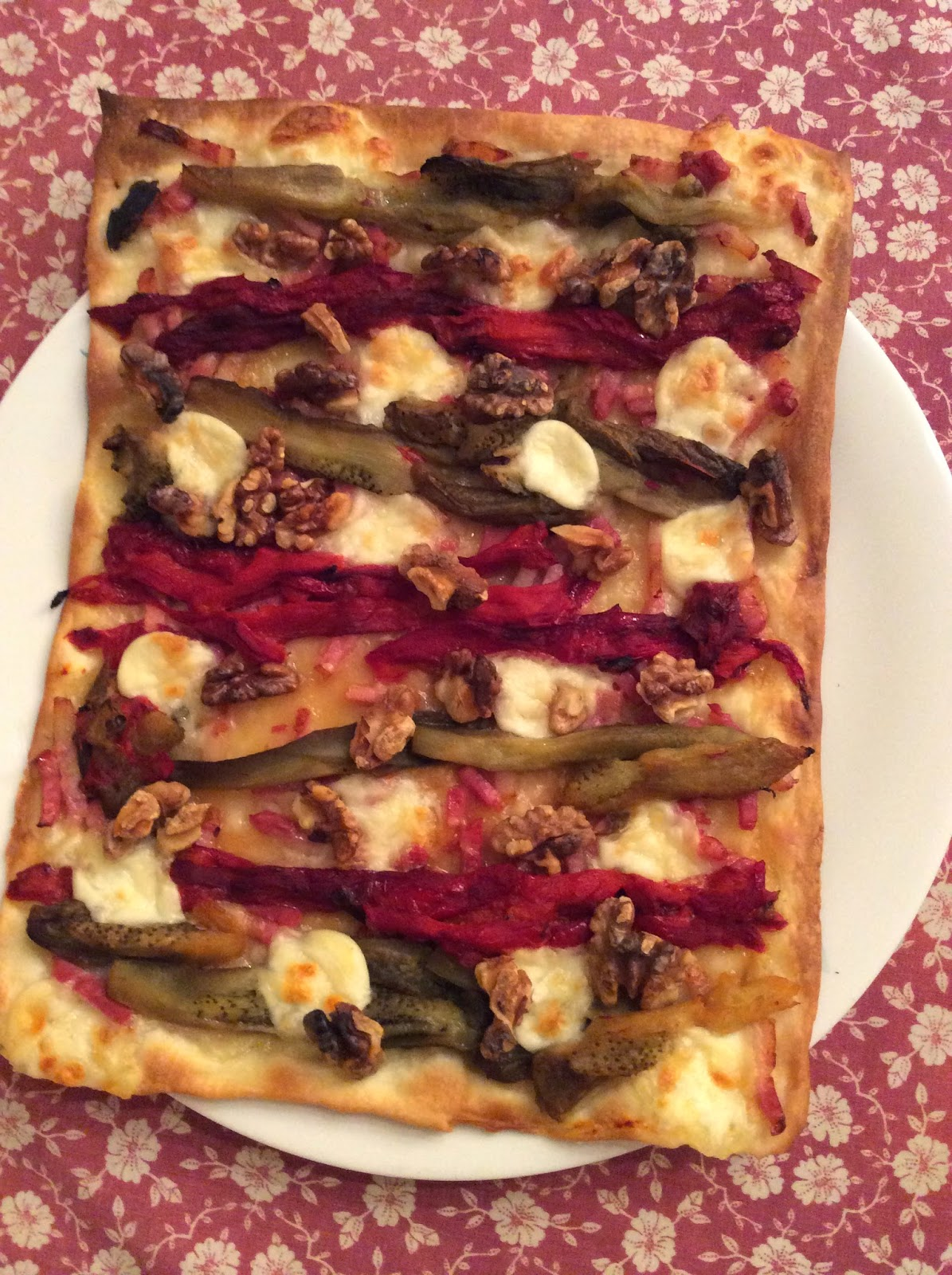 Coca/Pizza de escalibada con mozarella y nueces