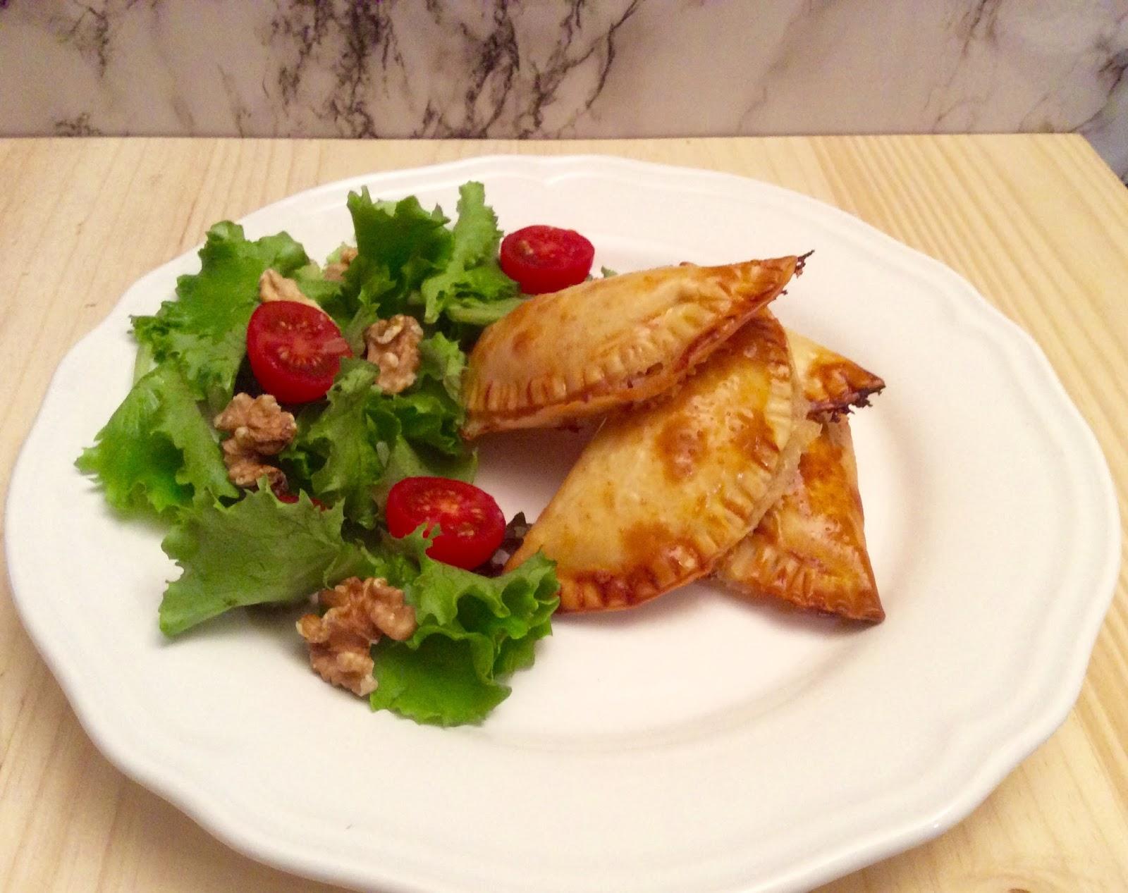 Crestas de mascarpone con cebolla caramelizada y nueces