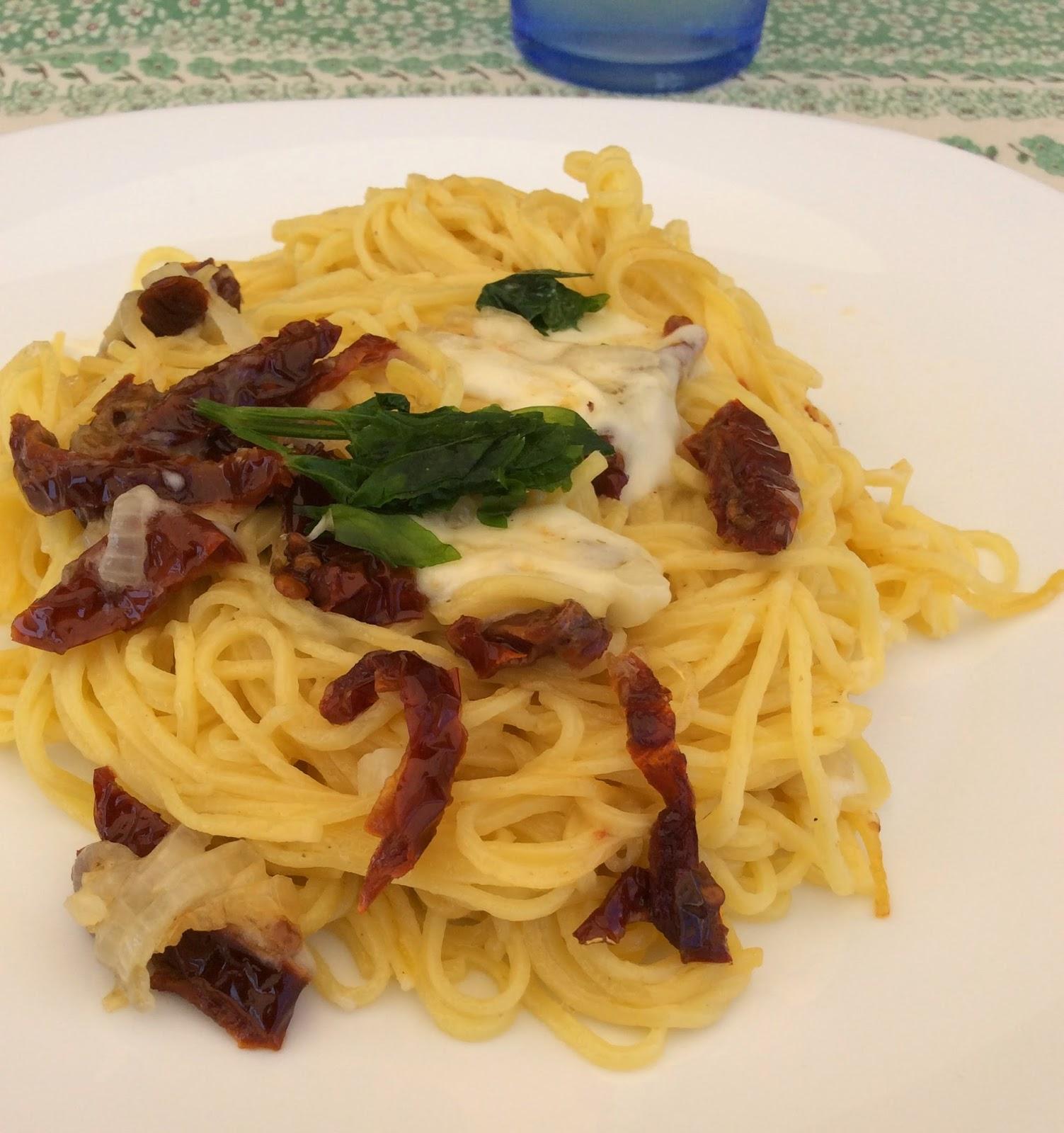 Espaguetis con tomates secos.