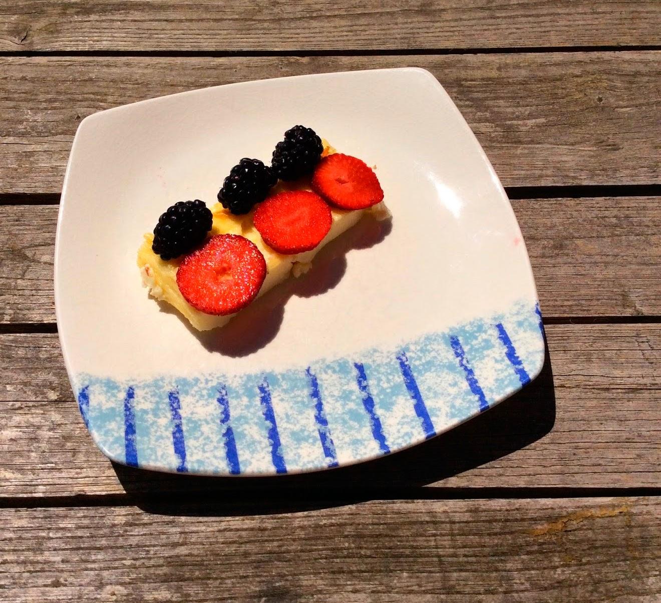 Pastel de queso con frutos rojos.