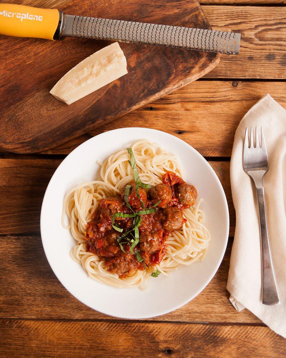 Espaguetis con albondigas y salsa de tomate especial.