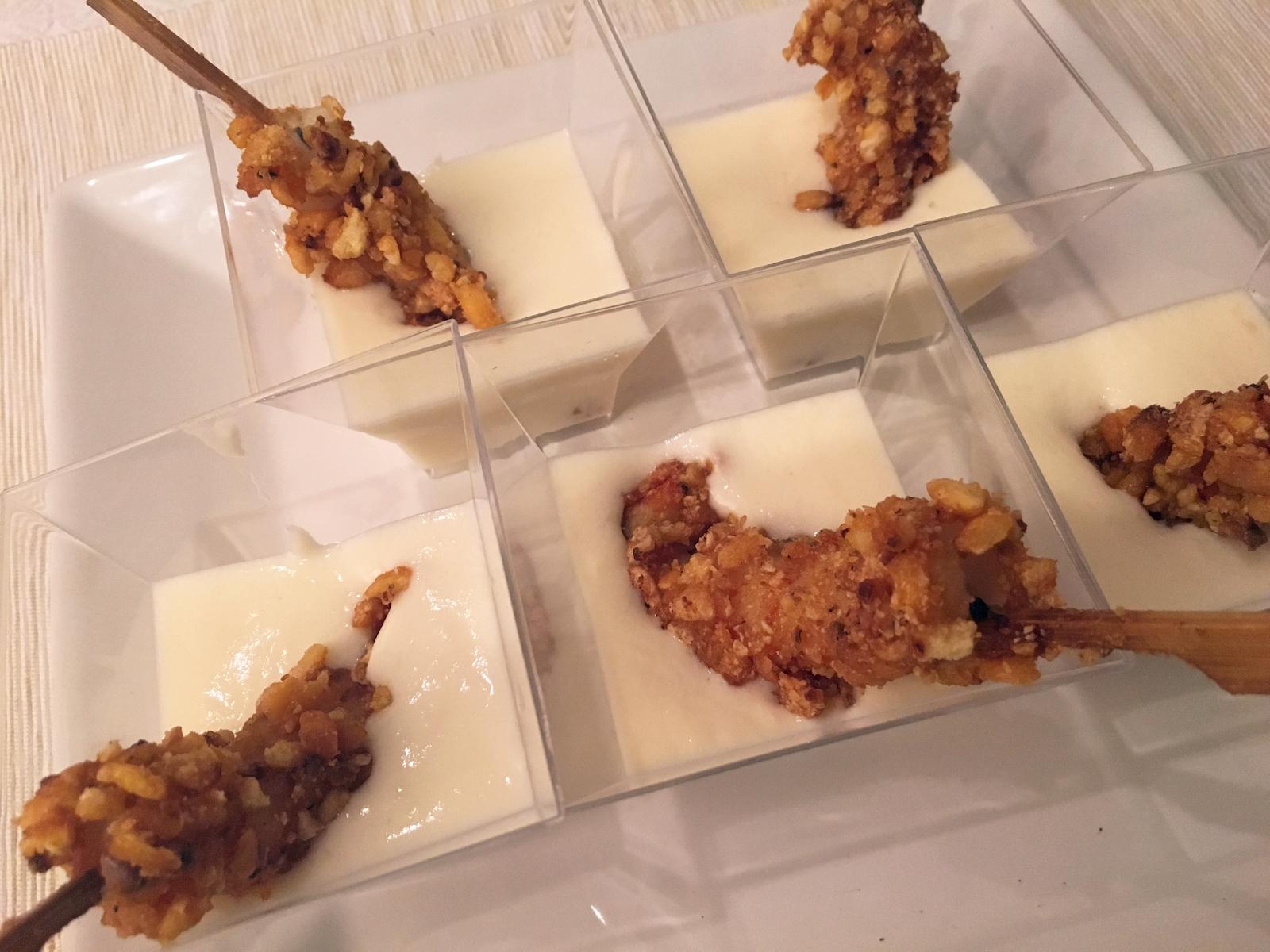 Gambones con crujiente de kikos y crema de parmesano