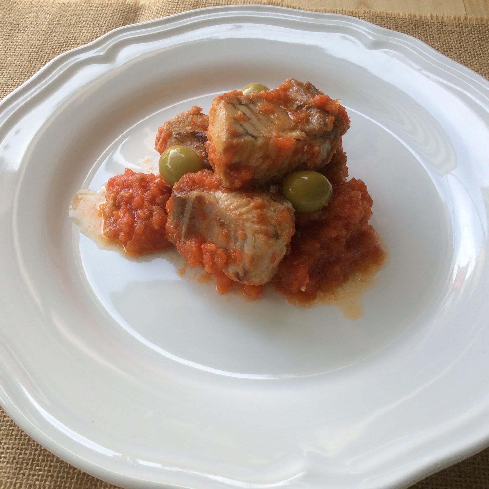 Ventresca de atún con salsa de tomate