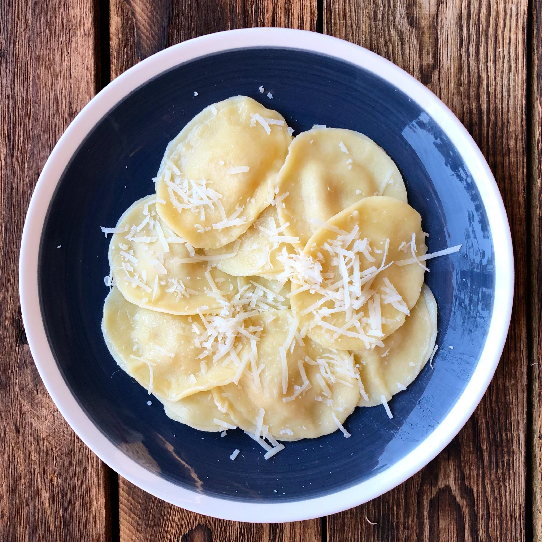 Raviolis con cebolla caramelizada y provolone