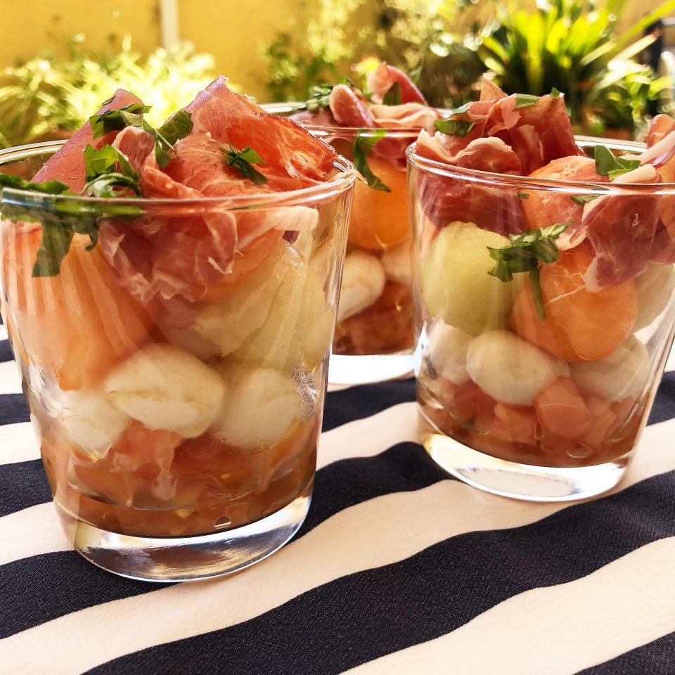 Presentación de la ensalada de melón con jamón
