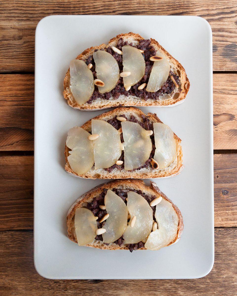 Vista superior de la tostada de pan con morcilla  y pera
