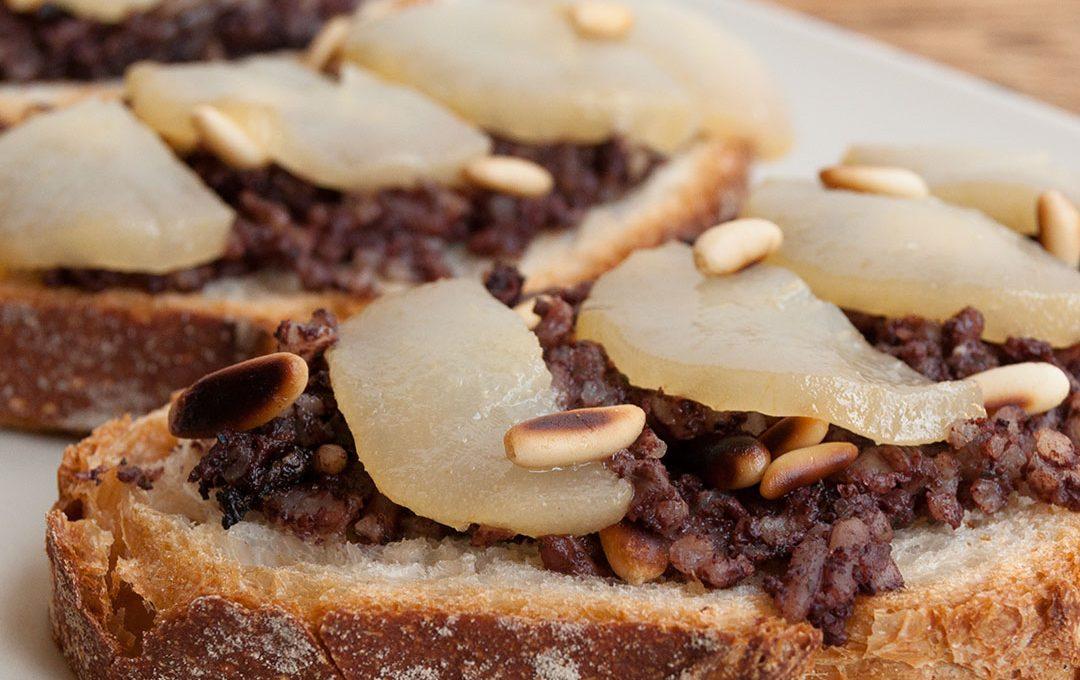 Tosta de morcilla con pera en almibar