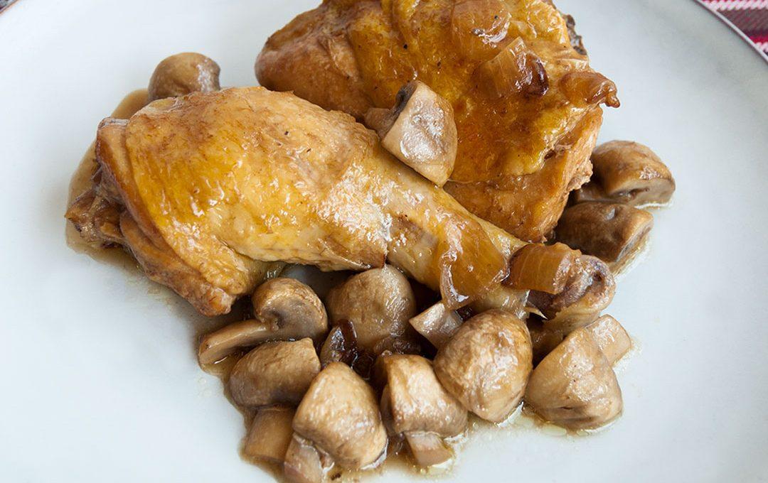 Pollo guisado con cerveza y champiñones