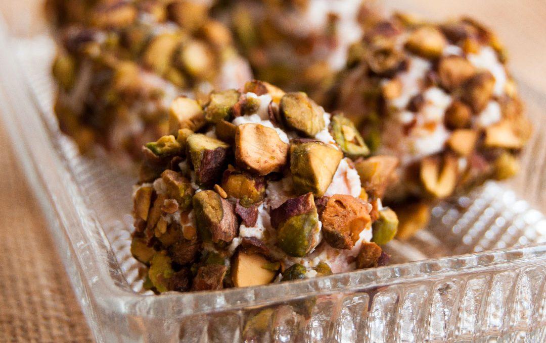 Bombones salados de ricotta, mortadela y pistachos