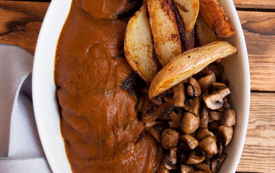 Redondo de ternera con salsa y champiñones y patatas