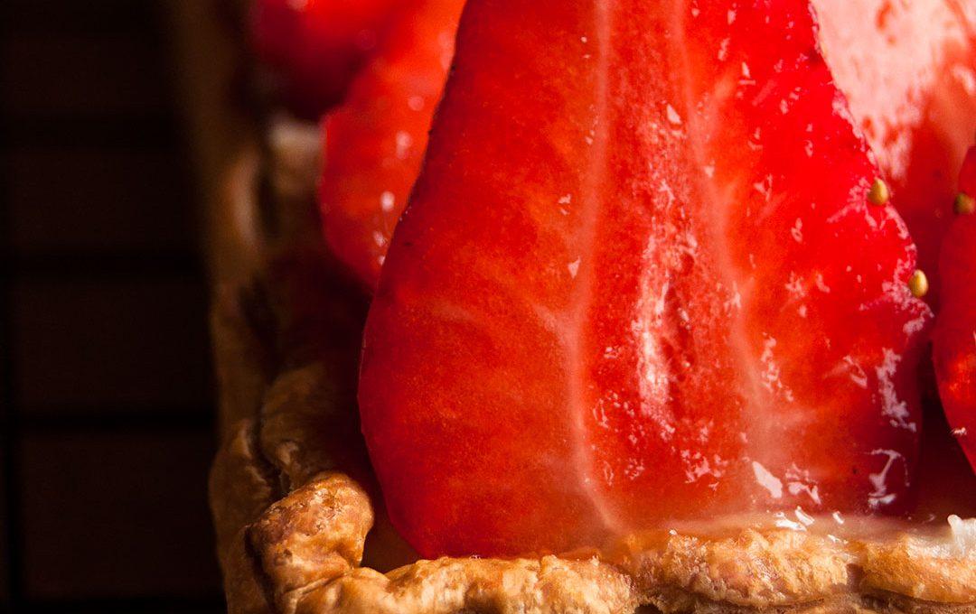 Cómo preparar una banda de hojaldre con crema pastelera y fresas