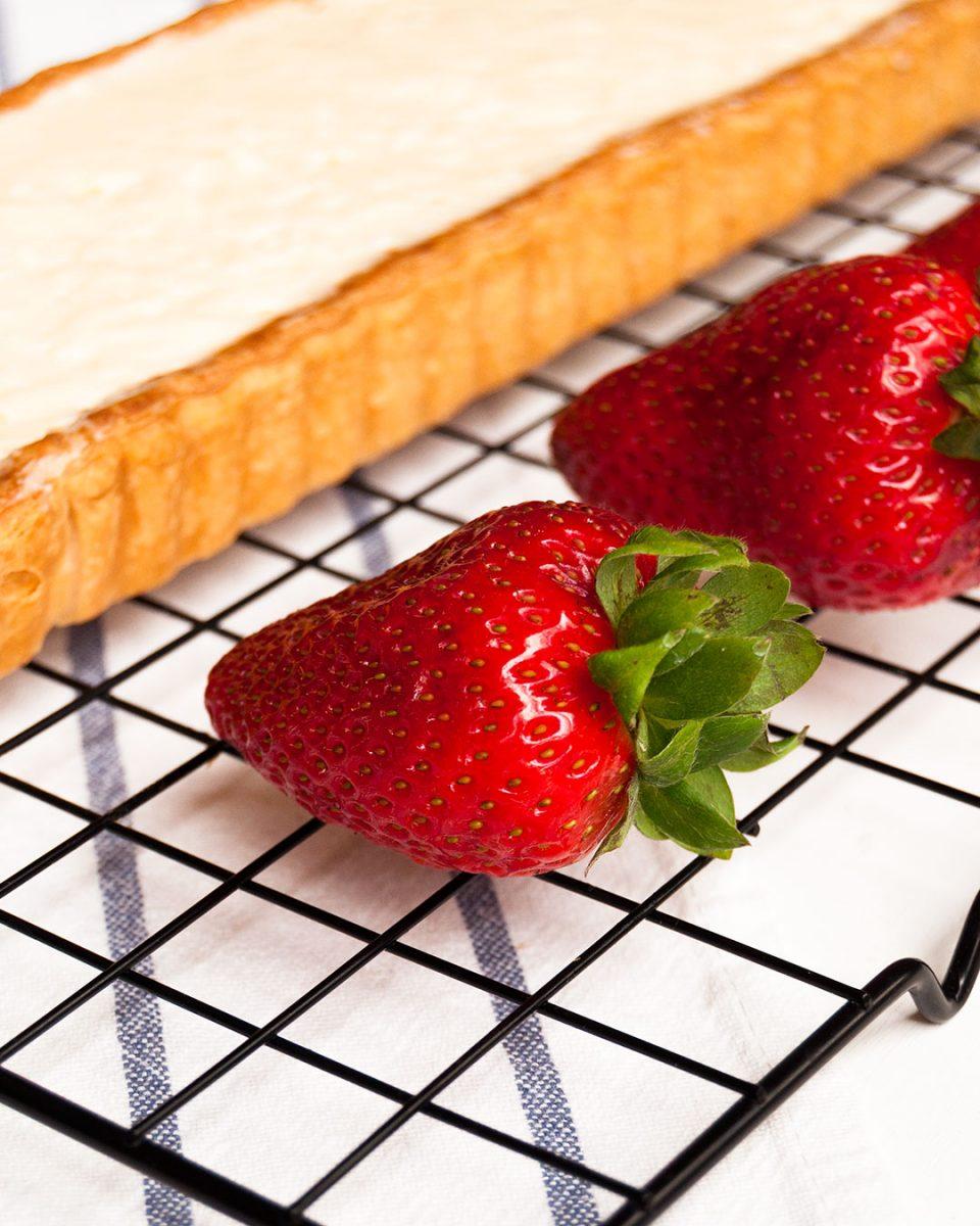 relleno de crema sobre hojaldre, antes de poner las fresas