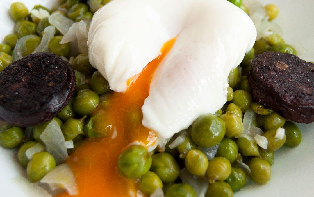 Guisantes del Maresme con butifarra negra y huevo escalfado