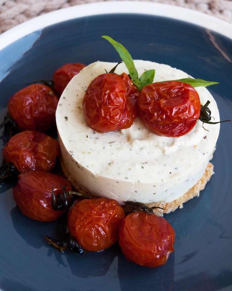 cheesecake de pesto con tomates caramelizados